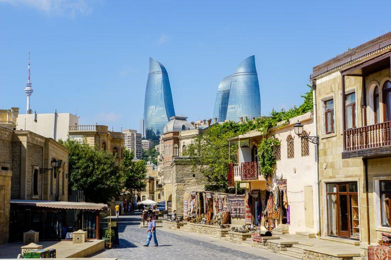 Straat met uitzicht op Flame Towers in oude centrum in Baku, Azerbeidzjan