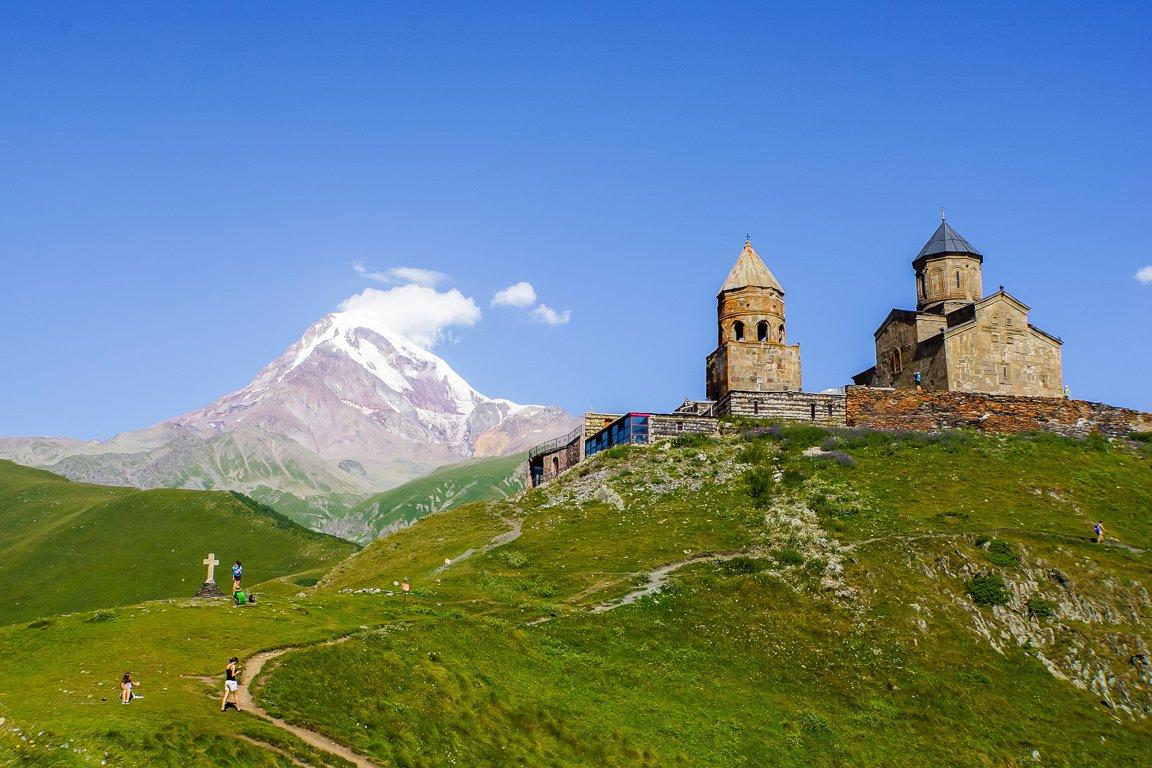 Uitzicht op Mt Kazbek en Tsminda Sameba in Kazbegi, Georgië