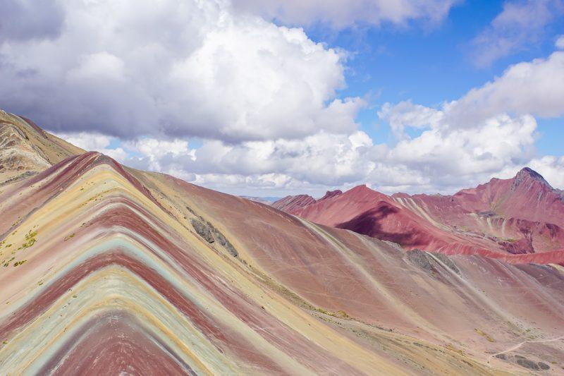 Uitzicht op Rainbow Mountain Apu Vinicunca nabij Cuzco in Peru