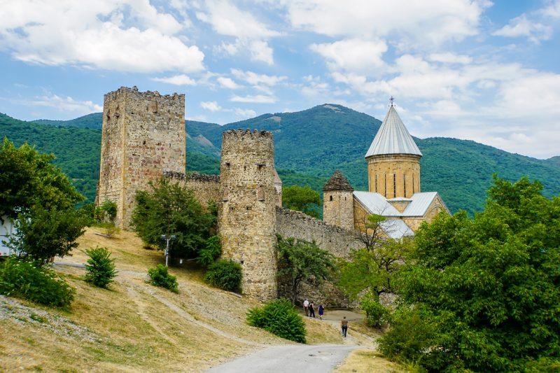 Uitzicht op fort Ananuri aan de Georgian Military Highway, Georgië