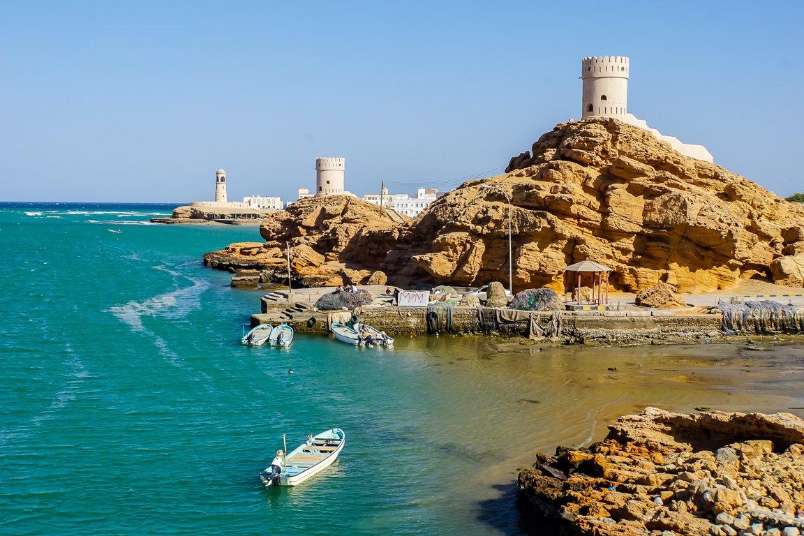Uitzicht op torens in Sur, Oman