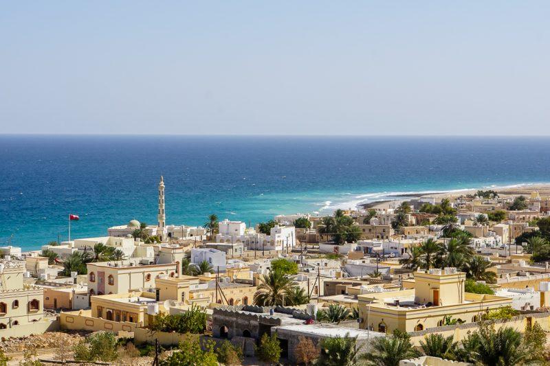 Uitzicht over Tiwi bij Wadi Shab in Oman