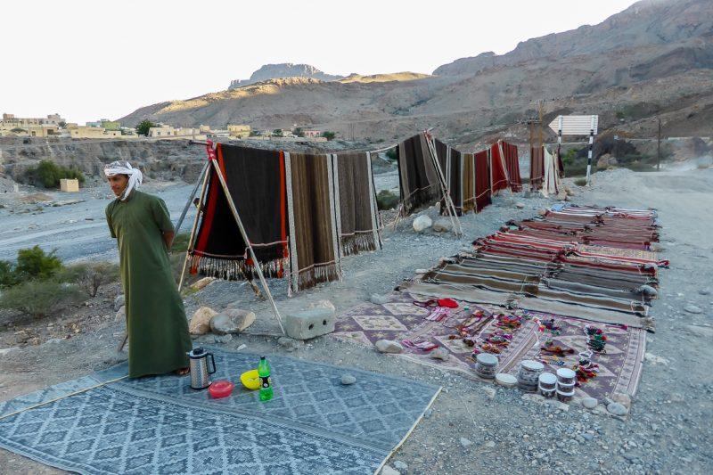 Verkoper op weg naar Jebel Shams in Oman