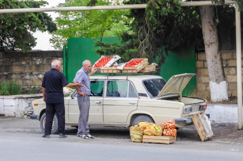 Verkopers bij auto in Ivanovka, Azerbeidzjan