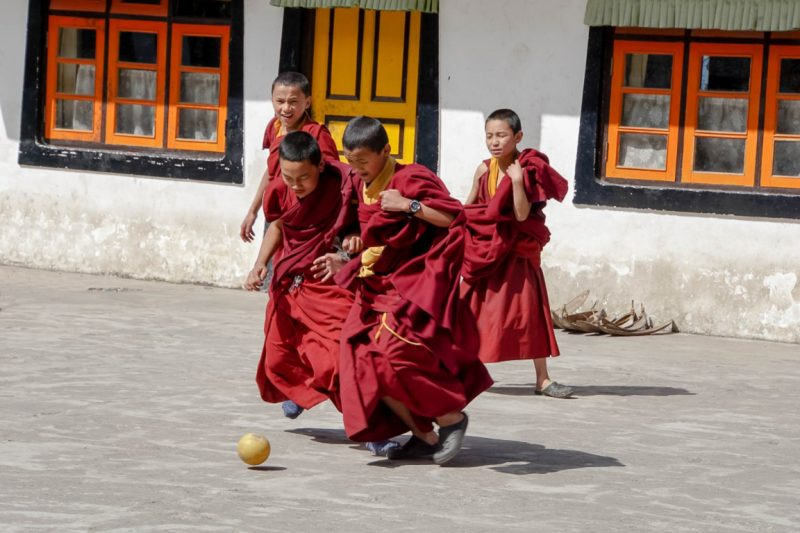 Voetballende monniken bij Samten Choeling Gompa in Ghum bij Darjeeling, India