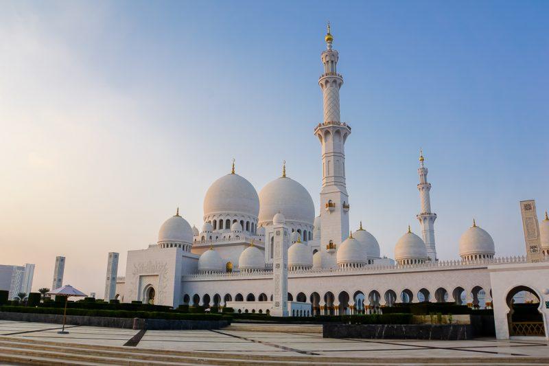 Voorkant van de Zayed Grand Mosque in Abu Dhabi, VAE