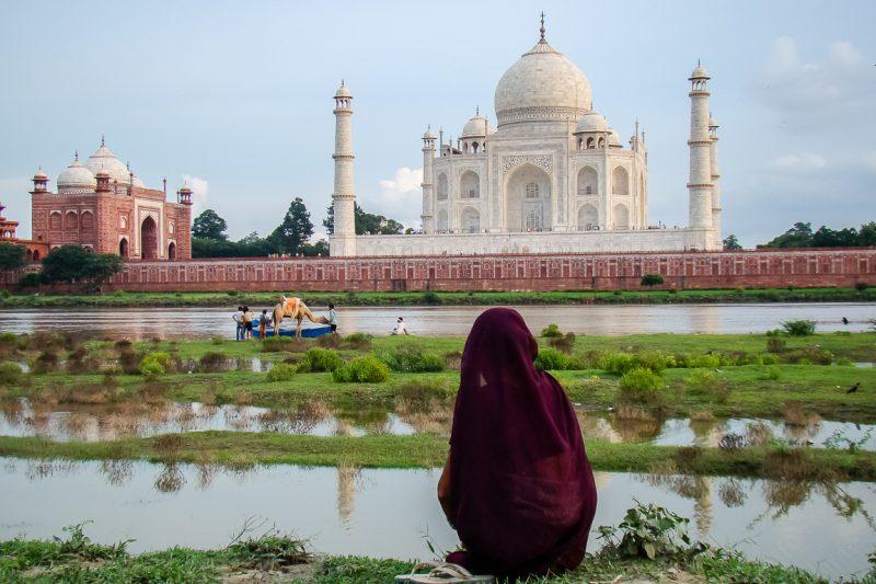 Vrouw bij Taj Mahal in Agra, India