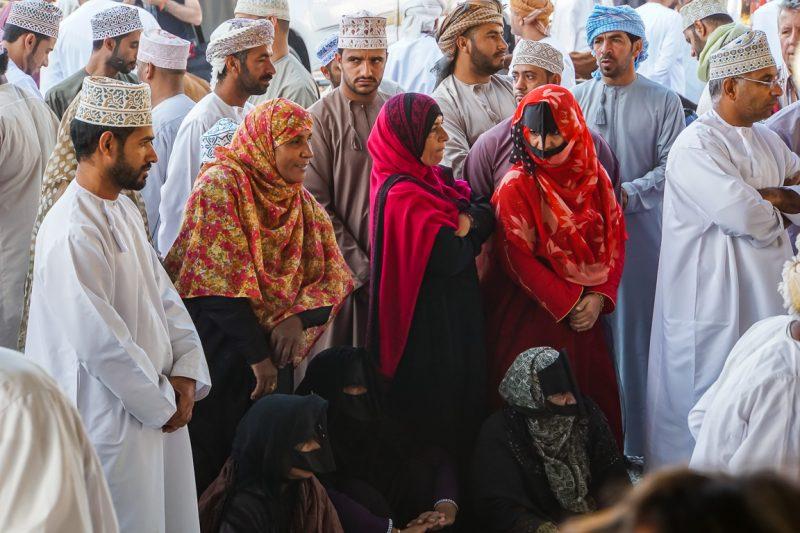 Vrouwen op de geitenmarkt van Nizwa, Oman