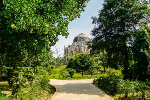 Wandelen door het groen en langs tombes in Lodi Gardens in Delhi, Ind