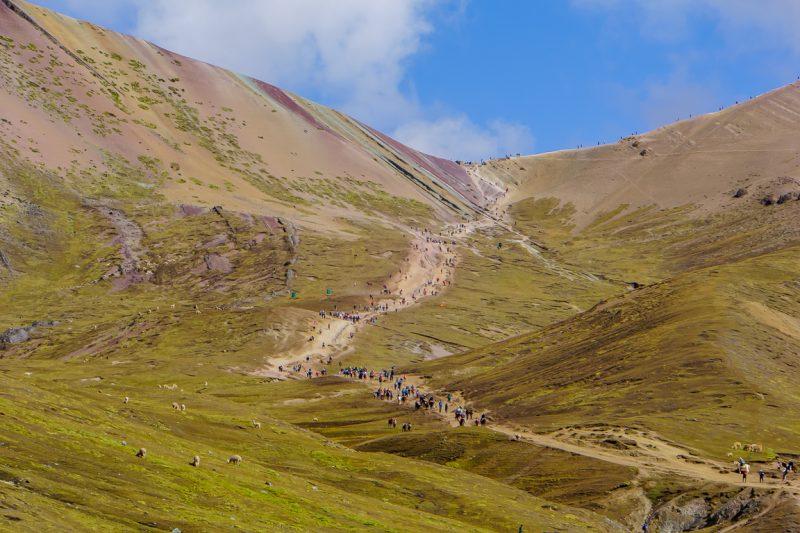 Zicht op het einde van de toch naar Rainbow Mountain Apu Vinicunca nabij Cu